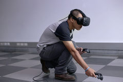 Homens que jogam a realidade virtual com o Hololens com efeitos Imagens de Stock