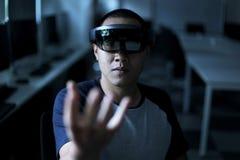 Homens que jogam a realidade virtual com o Hololens com efeitos Imagem de Stock Royalty Free