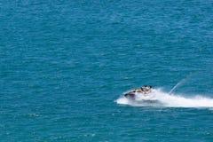 Homens que montam o Jato-esqui no mar foto de stock