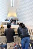 Homens que olham fixamente para fora sobre o balcão Imagem de Stock