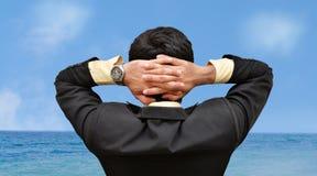 Homens que olham o céu Imagens de Stock Royalty Free