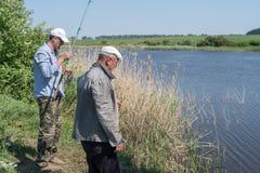 Homens que pescam junto fotografia de stock royalty free