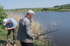 Homens que pescam junto fotos de stock
