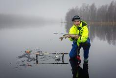 Homens que pescam piques no gelo imagem de stock