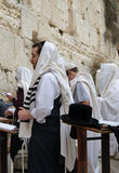 Homens que Praying na parede ocidental Foto de Stock