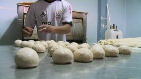 Homens que preparam bolas da massa em uma cozinha, Bolívia video estoque