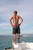 Homens que prestam atenção ao mar Fotos de Stock Royalty Free