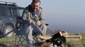 Homens que sentam-se ao lado da fogueira e do pão da repreensão filme