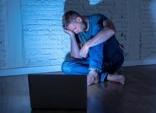 Homens que sofrem tiranizar do cyber do Internet foto de stock royalty free