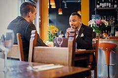 Homens que têm uma reunião de negócios em um restaurante fotografia de stock