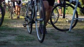 Homens que tomam bicicletas ao ironman da distância do triathlon do começo que compete a competição filme