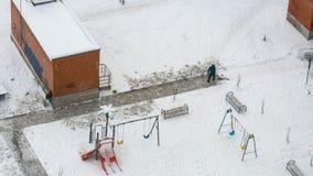 Homens que trabalham com pá a neve para ver de cima de foto de stock