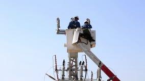 2 homens que trabalham em linhas elétricas vídeos de arquivo