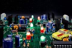 Homens que trabalham na cidade eletrônica Imagem de Stock