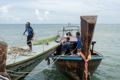 Homens que trabalham nos barcos no cais do Ao Nammao Fotos de Stock Royalty Free