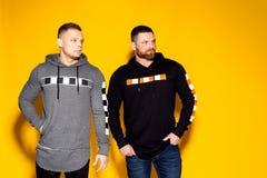 Homens sérios na moda em panos à moda fotografia de stock royalty free