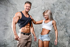 Homens 'sexy' desportivos novos bonitos dos pares e um levantamento da mulher Foto de Stock