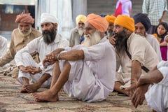 Homens sikh que visitam o templo dourado em Amritsar, Punjab, Índia foto de stock royalty free