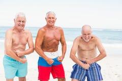 Homens superiores que levantam com seus músculos fotografia de stock