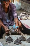 Homens tailandeses que trabalham com o artesão local que faz a cerâmica imagens de stock