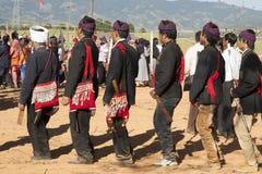Homens tradicionais de Jingpo na dança Fotografia de Stock