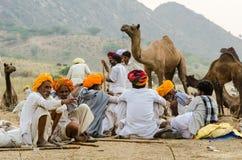 Homens tribais do turbante no camelo justo, Rajasthan de Pushkar, Índia Fotos de Stock Royalty Free