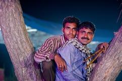 Homens tribais no camelo justo, Rajasthan de Pushkar, Índia Imagem de Stock