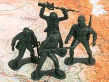 Homens verdes do exército do brinquedo em Iraque foto de stock