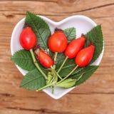 Homeopathie en het koken met rozebottel Stock Afbeeldingen