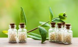 Homeopathiepillen in uitstekende flessen Royalty-vrije Stock Foto