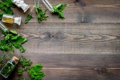 homeopathy Foglie delle erbe curative, delle bottiglie e delle pillole sul copyspace di legno di vista superiore del fondo Fotografia Stock Libera da Diritti