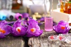 Homeopati, krokus och ampuller Royaltyfri Foto