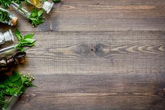 homeopatia Liście leczniczy ziele, butelki i pigułki na drewnianym tło odgórnego widoku copyspace, zdjęcie stock