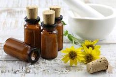 Homeopatyczne arnikowe pigułki zdjęcia royalty free