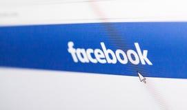 Homepage del logotipo de Facebook en una pantalla de monitor Fotografía de archivo libre de regalías