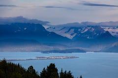 Homer Spit nella baia di Kachemack circondata dal ghiacciaio ha riempito le montagne fotografie stock