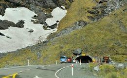 Homer tunnel under Darran Mountain på den Milford Sound huvudvägen royaltyfri bild