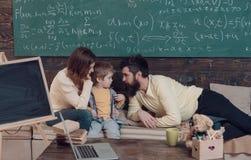 Homeschooling begrepp Föräldrar som undervisar ungen som talar Pojke som lyssnar till mamman och farsan med uppmärksamhet Föräldr Royaltyfri Foto