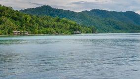 Homestay na ilha de Kri, Monsuar no fundo, Raja Ampat, Indonésia, Papua ocidental Imagem de Stock Royalty Free