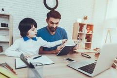 homework szczęśliwi razem wychowanie Patrzeje póżniej obraz stock