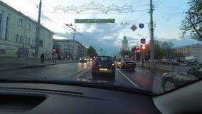 HOMIEL', BIELORUSSIA - 29 aprile 2017: al rallentatore nel moto l'automobile guida giù la via della città nella sera stock footage