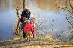 HOMIEL', BIELORUSSIA - 9 aprile 2017: I bambini stanno guardando che cosa il pescatore ha preso fotografie stock libere da diritti