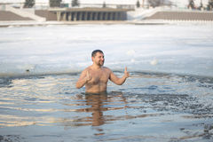 Homiel', Bielorussia - 19 gennaio 2017: Bagnando nella gente ortodossa del foro sul battesimo di festa di Cristo Fotografia Stock