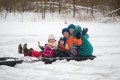 HOMIEL', BIELORUSSIA - 15 GENNAIO 2017: Divertimento di inverno Gatto delle nevi sledging di caccia della famiglia Fotografia Stock Libera da Diritti