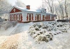 HOMIEL', BIELORUSSIA - 23 GENNAIO 2018: La costruzione il museo di arte di piega nel parco della città nel gelo ghiacciato Immagine Stock