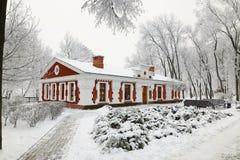 HOMIEL', BIELORUSSIA - 23 GENNAIO 2018: La costruzione il museo di arte di piega nel parco della città nel gelo ghiacciato Fotografia Stock