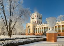 HOMIEL', BIELORUSSIA - 23 GENNAIO 2018: Palazzo del ` s di principe Paskevich nel parco della città nel gelo ghiacciato Fotografie Stock