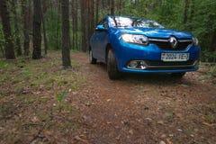 HOMIEL', BIELORUSSIA - 24 MAGGIO 2017: L'automobile blu di RENO LOGAN ha parcheggiato in un'abetaia scura Fotografia Stock