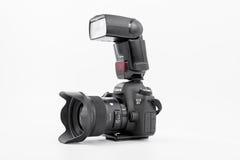 HOMIEL', BIELORUSSIA - 12 maggio 2017: Macchina fotografica di Canon 6d con la lente su un fondo bianco Canon è del mondo il più  Immagine Stock