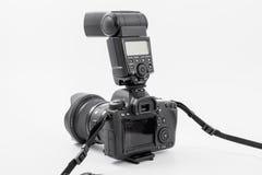 HOMIEL', BIELORUSSIA - 12 maggio 2017: Macchina fotografica di Canon 6d con la lente su un fondo bianco Canon è del mondo il più  Fotografie Stock